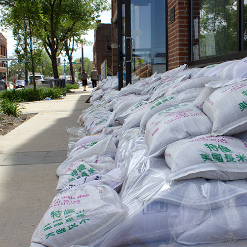Flood Volunteers Sandbagging in Cedar Rapids